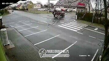 """""""Driftujący"""" ciągnik na skrzyżowaniu"""