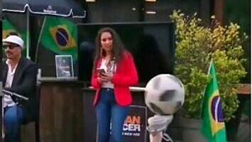Ta dziewczyna potrafi bawić się piłkami