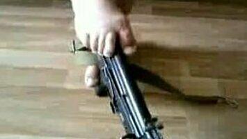 Jak rozmontować karabin AK-47... stopami