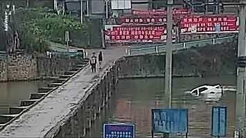 Kierowca wjeżdża do rzeki zaraz po zdaniu egzaminu na prawo jazdy