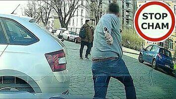 Agresywny kierowca parkuje na wjeździe i blokuje przejście