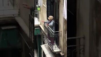 Staruszka dobrze się bawi podczas domowej kwarantanny
