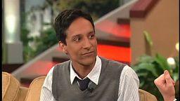 """Abed z """"Community"""" śpiewa po polsku u Bonnie Hunt"""
