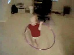 Dziecko z hula-hoopem