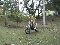 Blondynka na motorku
