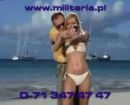 Dziewczyna w bikini podrywana przez faceta z pistoletem w kaburze
